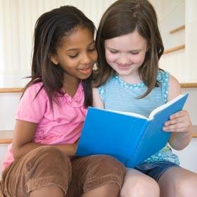Copii citind povești